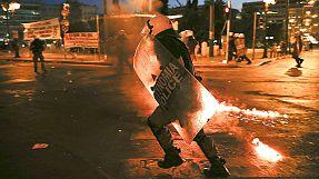 Scontri tra anarchici greci e polizia davanti al Parlamento impegnato a votare il piano di riforme