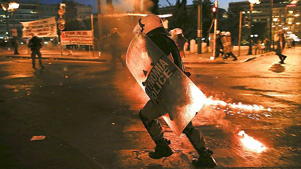 Tüntetők csaptak össze rendőrökkel Athénban miközben a parlament a reformokról szavazott