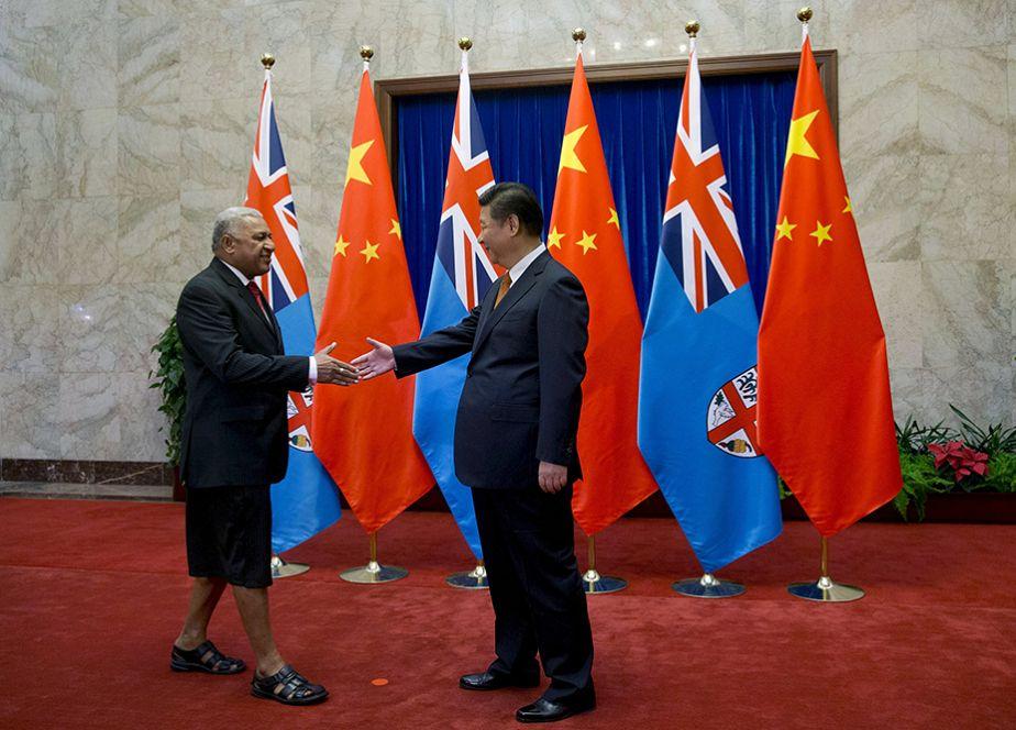 Le Premier ministre des Iles Fidji en tenue traditionnelle à Pékin