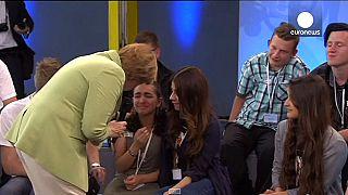 Menekültlány sírta el magát Merkel válasza közben a tévében