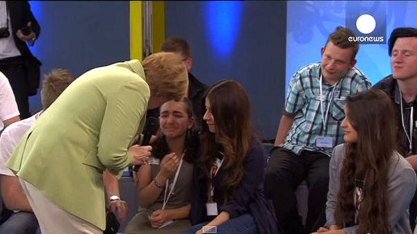 La gêne d'Angela Merkel face aux larmes d'une jeune réfugiée palestinienne