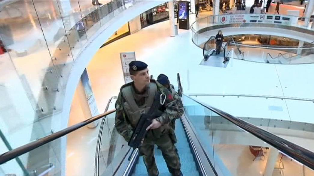 """Francia anuncia una movilización de seguridad """"sin precedentes"""" ante amenazas terroristas"""
