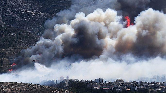 Les pompiers luttent contre un incendie tout près d'Athènes