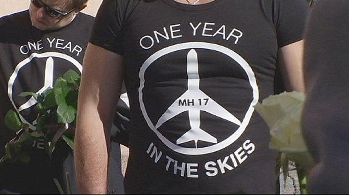 احياء ذكرى ضحايا الطائرة الماليزية وسط تبادل للاتهامات بين كييف والانفصاليين