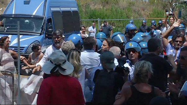 Brennende Möbel bei Protesten gegen Flüchtlingsheime in Italien