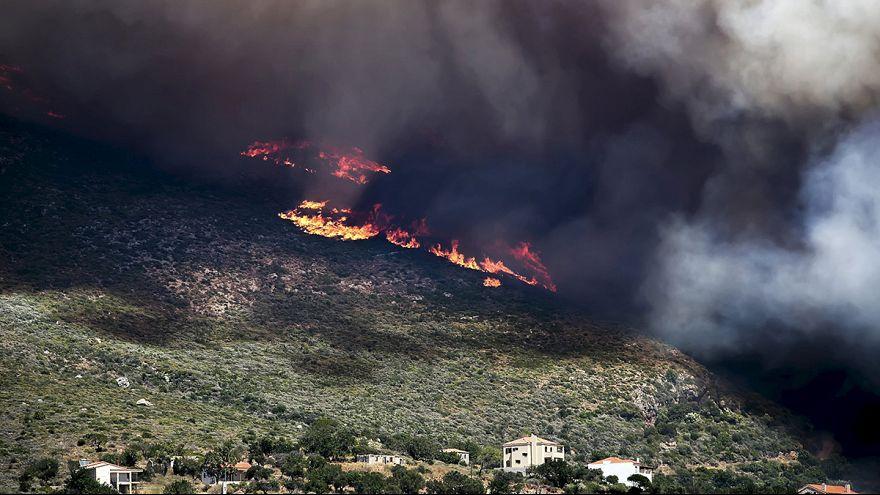 A szél miatt nehéz oldani a görögországi bozóttüzeket
