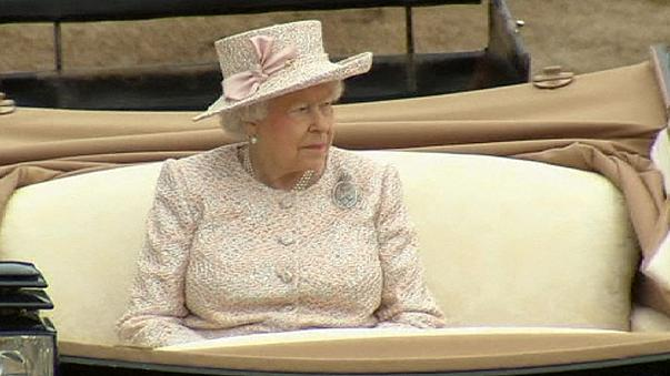 فيلم قديم يظهر الملكة إليزابيث و هي تقوم بتحية نازية