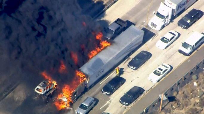 Un incendio calcina una veintena de vehículos en el sur de California