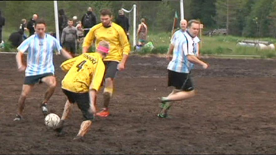 Un tournoi de football dans la boue