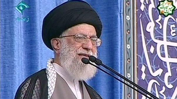 """Khamenei denuncia """"arrogância"""" dos EUA apesar de acordo sobre o nuclear"""