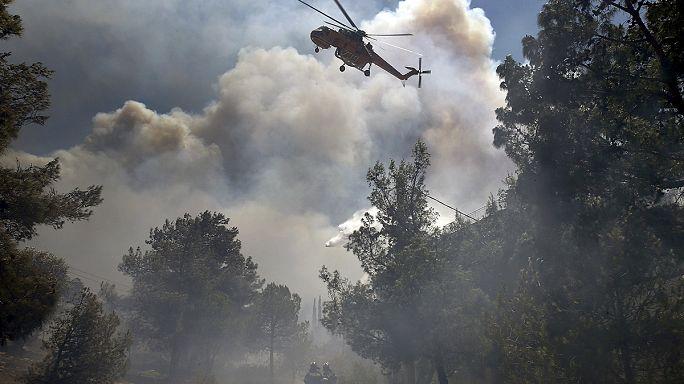 Incendies en Grèce : deux morts, deux arrestations, risque encore très élevé