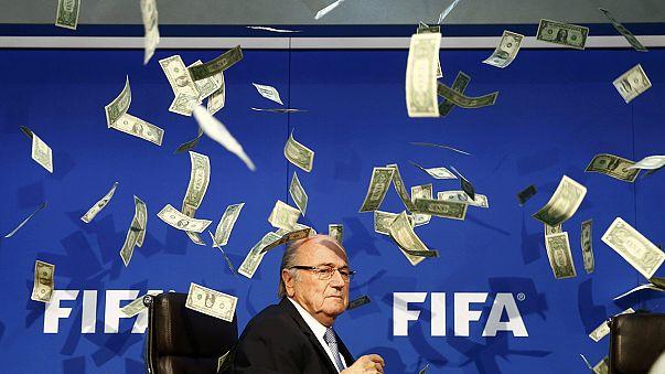 Blatter accueilli par des faux billets avant sa conférence de presse