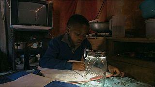 Ηλιακή τσάντα - φωτιστικό βοηθά τα παιδιά να διαβάζουν