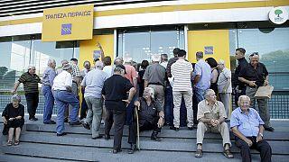 Largas colas en Grecia ante la reapertura de los bancos