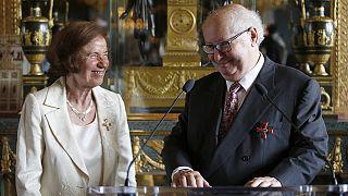 ألمانيا تمنح زوجين وسام الاستحقاق لمساعيها في أحضار مجرمين نازيين الى العدالة