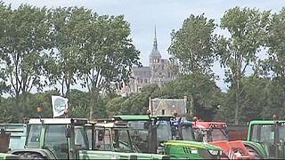 Des agriculteurs en colère bloquent l'accès au Mont Saint Michel