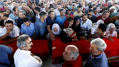 Cerimónia fúnebre para as vítimas de Suruç