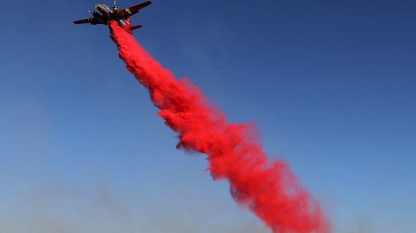 رجال الاطفاء يكافحون لاخماد الحرائق في كاليفورنيا