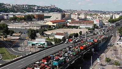 Tolti i blocchi stradali, gli agricoltori francesi restano mobilitati