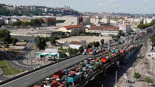 Γαλλία: Αμετακίνητοι οι αγρότες στα μπλόκα