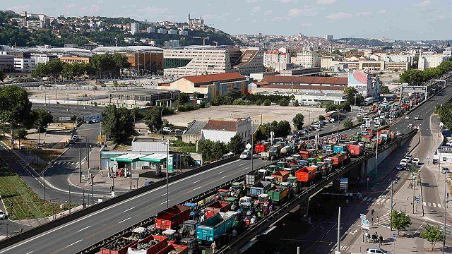 Óriási közlekedési dugókat okoznak a francia gazdák megmozdulásaikkal országszerte