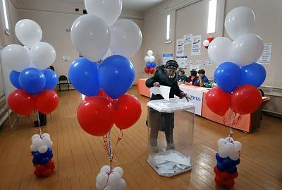 A woman votes at a polling station during presidential elections in Sovyaki village, about 110 km outside Moscow, Russia, 18 March 2018.