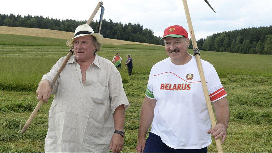 الممثل الفرنسي جرار دو بارديو يظهر مع الرئيس البلاروسي و هو يحصد التبن