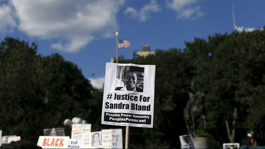 Эксперты: Сандра Блэнд покончила с собой