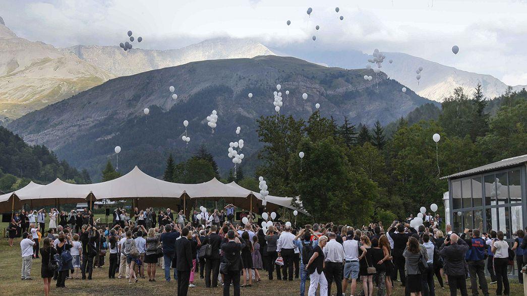 Entierran en una tumba colectiva los restos no identificados de las víctimas del avión de Germanwings