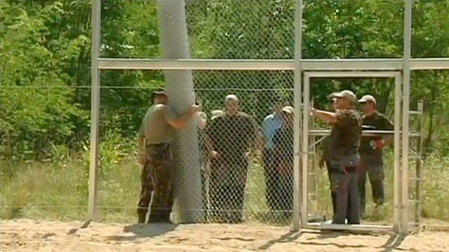 """Венгерский премьер строит забор, чтобы """"не пропустить терроризм в Европу"""""""