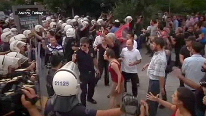 A török kormány politikája ellen tüntetnek a kurdok