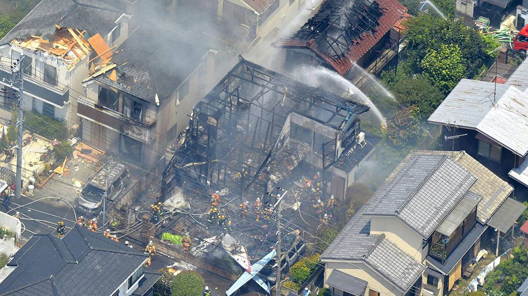 Japonya'da uçak evin üstüne düştü