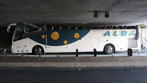 نجاة ركاب حافلة اقتلع سقفها لحظة اصطدامها بنفق