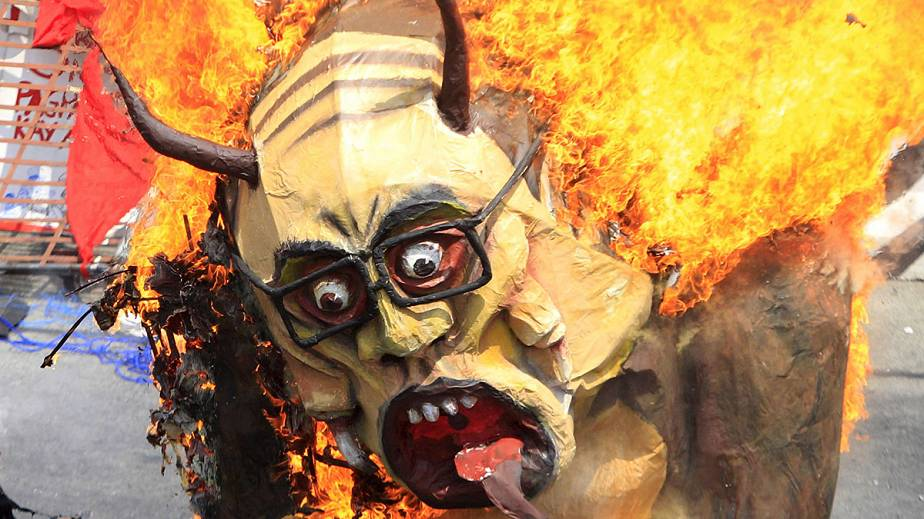 Philippines : l'effigie du président philippin en flammes