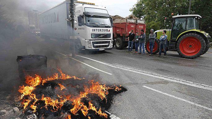 مزارعون فرنسيون يعترضون شاحنات تنقل سلعاً زراعية أروبية موجهة للسوق الفرنسية