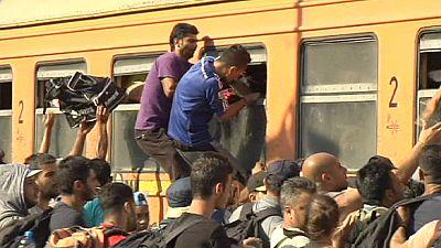 Des réfugiés prennent d'assaut les trains macédoniens