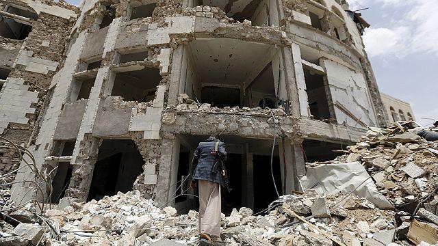 السعودية تقصف قوات موالية لحكومة عبد ربه منصور هادي بالخطأ جنوب اليمن و تخلف 12 قتيلا
