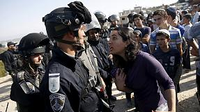 West Bank: Jewish settlers scuffle with police