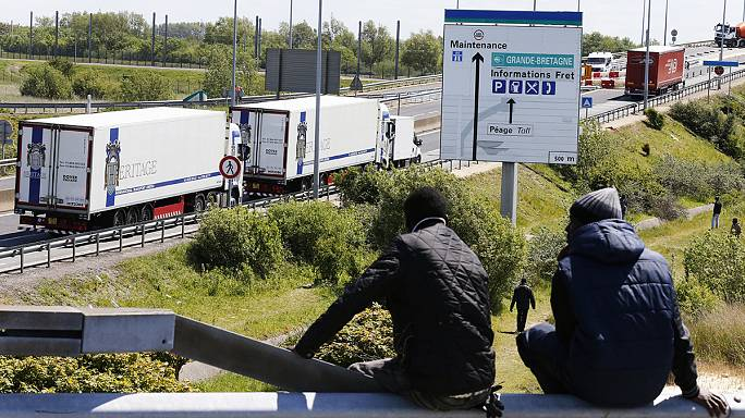 Muere un inmigrante atropellado por un camión durante una incursión masiva en Calais para cruzar al Reino Unido
