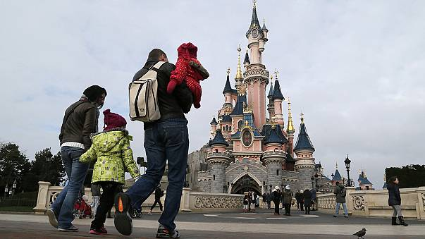Különböző áron kínálta az európai országokban a szezonális akcióit a párizsi Disneyland