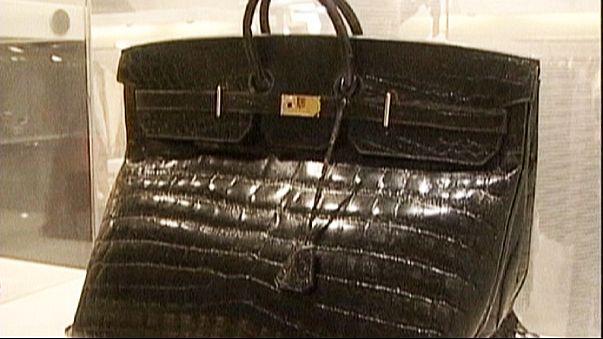 مغنية بريطانية تطلب نزع اسمها من حقيبة جلدية احتجاجا على ذبح التماسيح