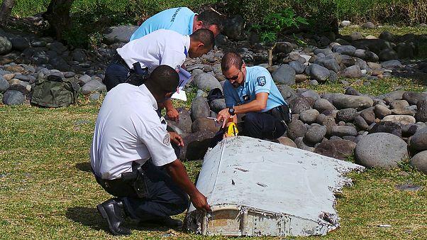MH370 : des enquêteurs examinent un débris d'avion retrouvé à La Réunion