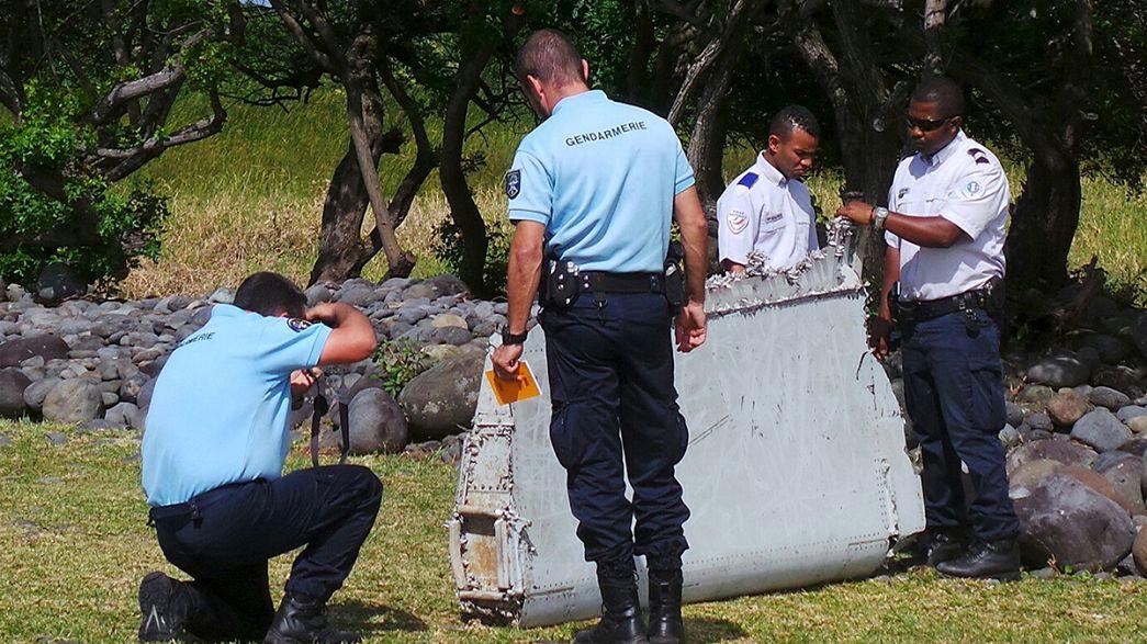Tecnici al lavoro per verificare se il detrito della Réunion apparteneva al volo MH370