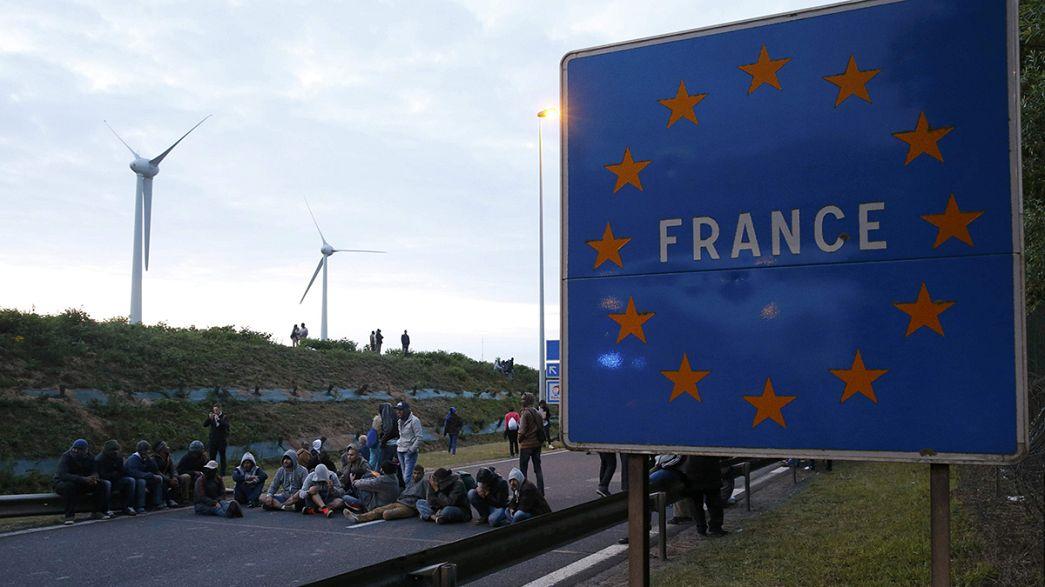 Calais: polizia blocca altri 300 migranti