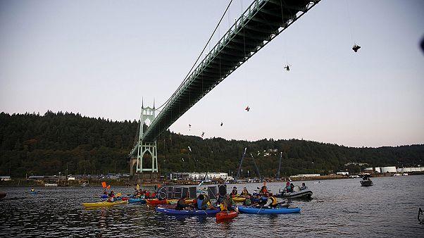کنشگران صلح سبز راه را بر کشتی حفاری شل بستند