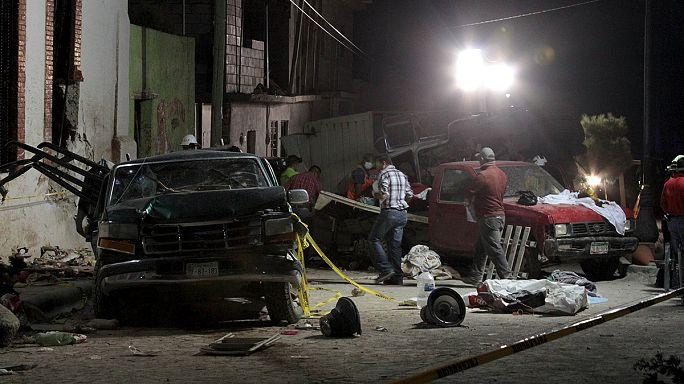 Freni boşalan kamyon hacıların arasına daldı: 26 ölü