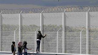 افزایش اقدام مهاجران برای ورود به بریتانیا، تاکید کامرون برای مقابله با آنها