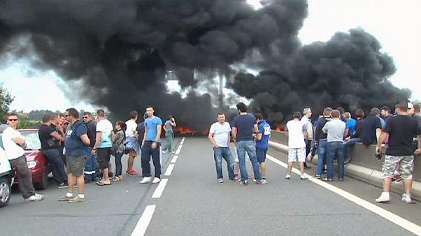 عمال العبارات الفرنسيون يغلقون الطريق المؤدي إلى ميناء كاليه