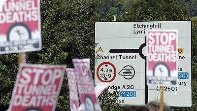 Manifestazioni pro e contro immigrati nella parte inglese di Eurotunnel