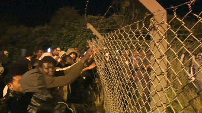 Calais'de göçmenler Manş Tüneli'nin koruma duvarlarını aşmaya çalıştı